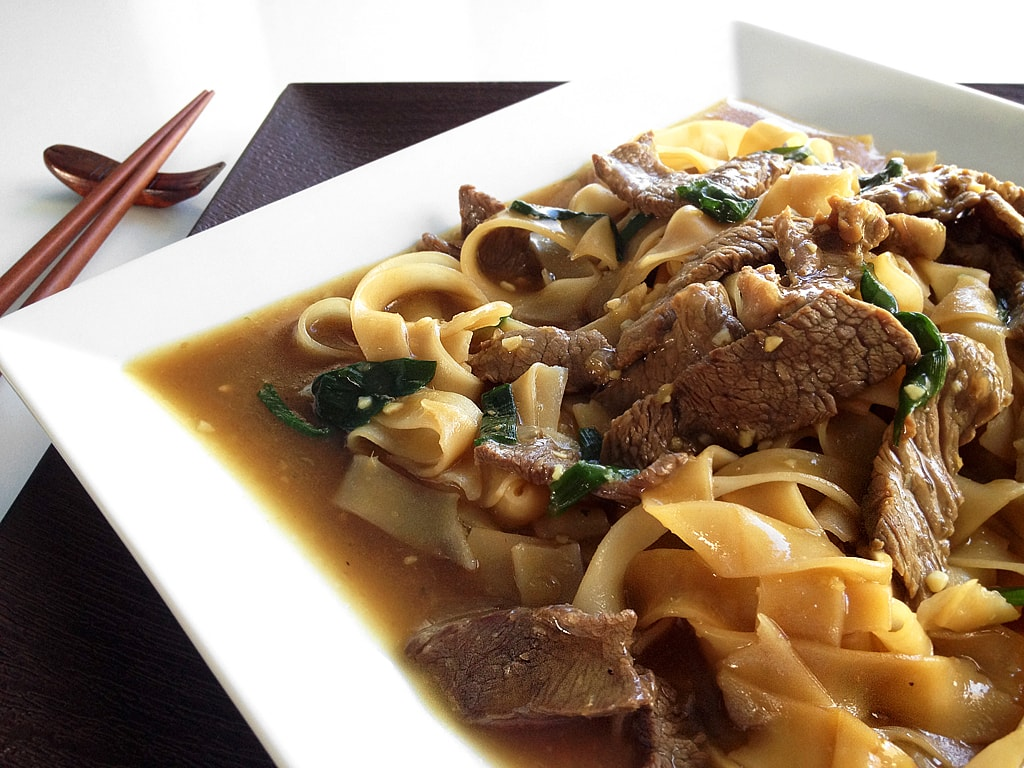 Ginger beef noodles is a great winter noodles fix. With thin strips of flank steak simmered in a gingery brown sauce and mixed with hearty rice noodles.